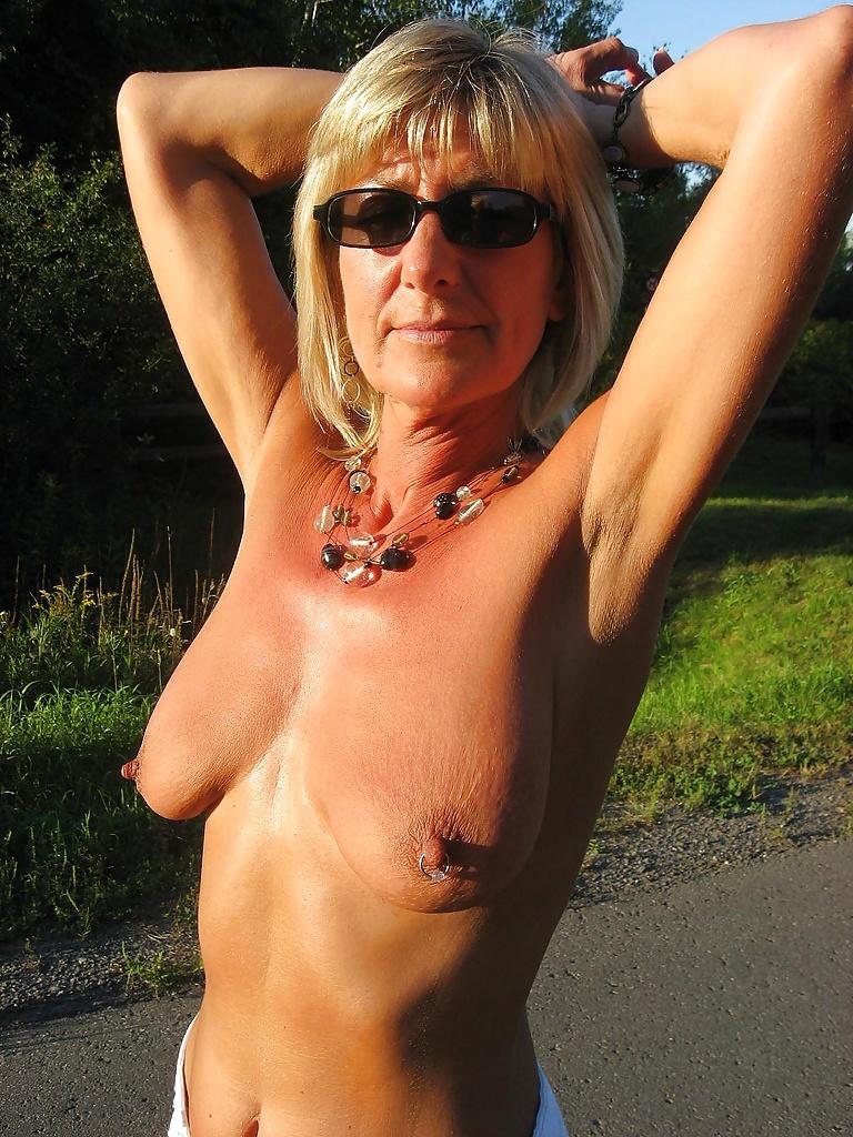 Geile erfahrene Frau verfügt hübsche Dutten und kleine leckere Muschi.