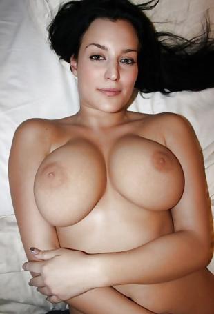 Geile Fosen liegen auf dem Bett mit nackten Büsten.