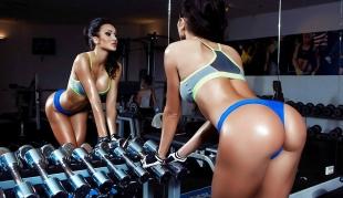 Gemischtes, internationales Mädel hat athletischen Körper