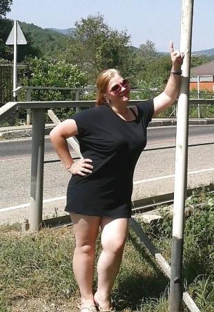 Geile Frauen zeigen sich in Minikleidung.
