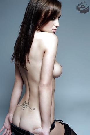 Nackte bildern aus Lesbische tatowierte Mädchen