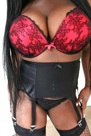 Schwarze Schönheit mit riesige Brüsten