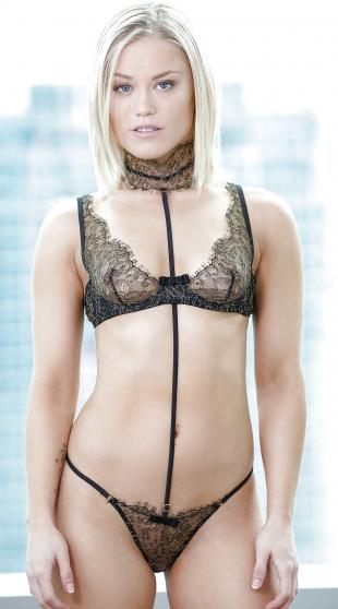 Prickelnde Blonde posiert im Stoff.